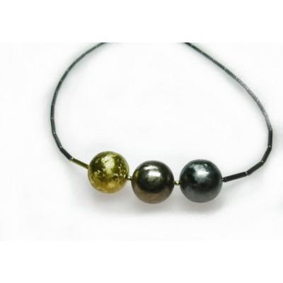 Apart zilveren collier met drie zilveren bollen.