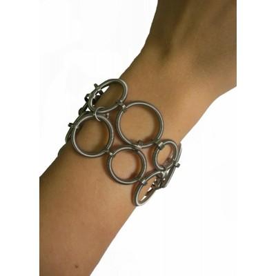 Deze armband bestaat uit allemaal veren in ringvorm in verschillende maten. Dit geeft een bijzonder effect. Deze armband mag eigenlijk niet zonder het bijpassende collier gedragen worden: met deze set ben je zeker een opvallende verschijning!